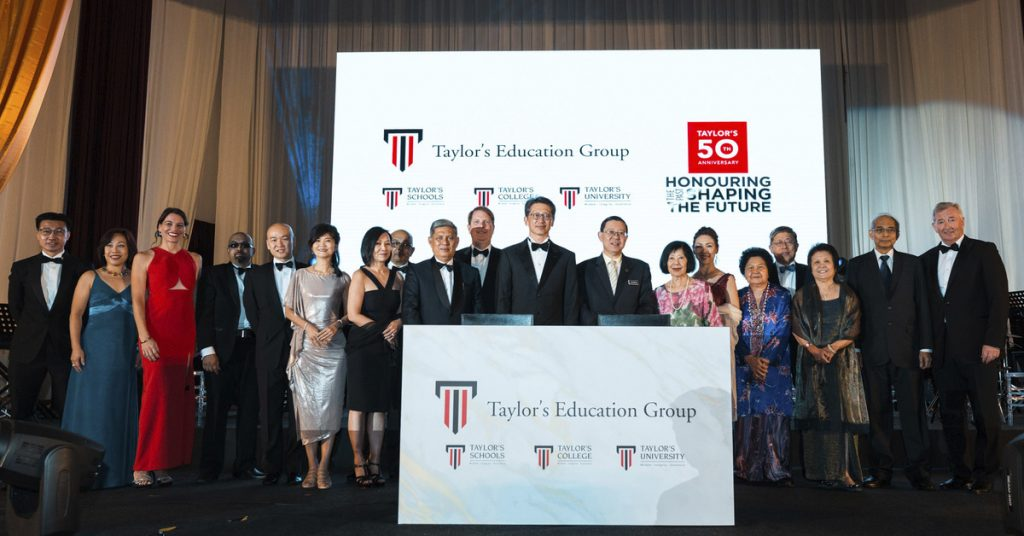 From left to right: Dato' Loy Teik Ngan, Group CEO of Taylor's Education Group and Yang Berhormat Tuan Lim Guan Eng, the Minister of Finance posed with the Senior Management of Taylor's Education Group.